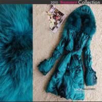 Женское пуховое пальто с лисъим мехом.