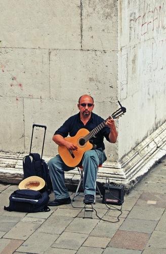 Венеция. Уличный музыкант.