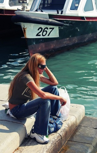 Венеция. Девушка у воды.