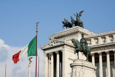 Флаг Италии развевается над Алтарем Отечества.