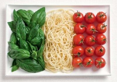 Итальянский флаг из спагетти и помидорок-черри.