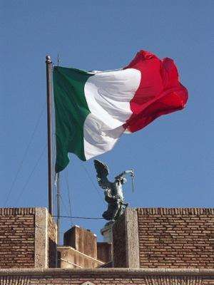 Флаг италии развевается над алтарем