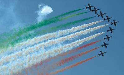 Флаг Италии в виде шлейфа от реактивных самолетов.