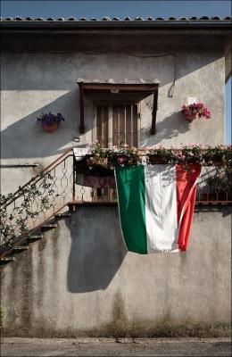 Итальянский флаг, вывешенный над частным домом.