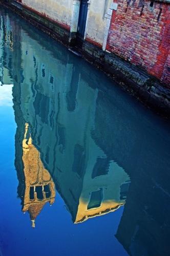 Венеция. Отражение башни в канале.