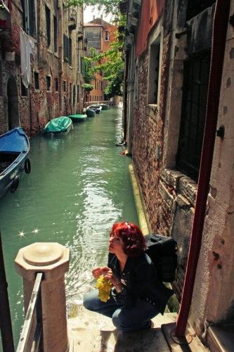 Венеция, Хорошо посидеть у прохладной воды канала...