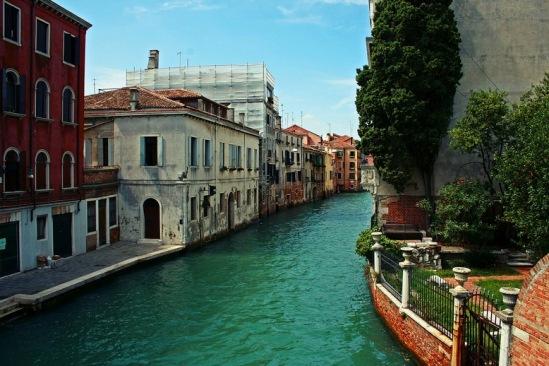 Венеция. Небольшой садик у канала.