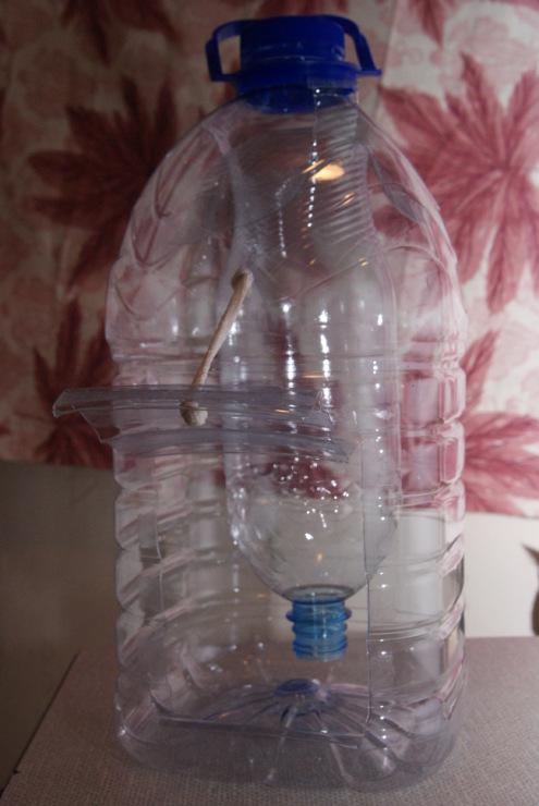 Как сделать поилку для утят из пятилитровой бутылки